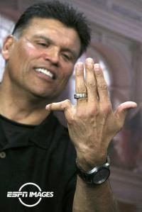 anthony-munoz-finger